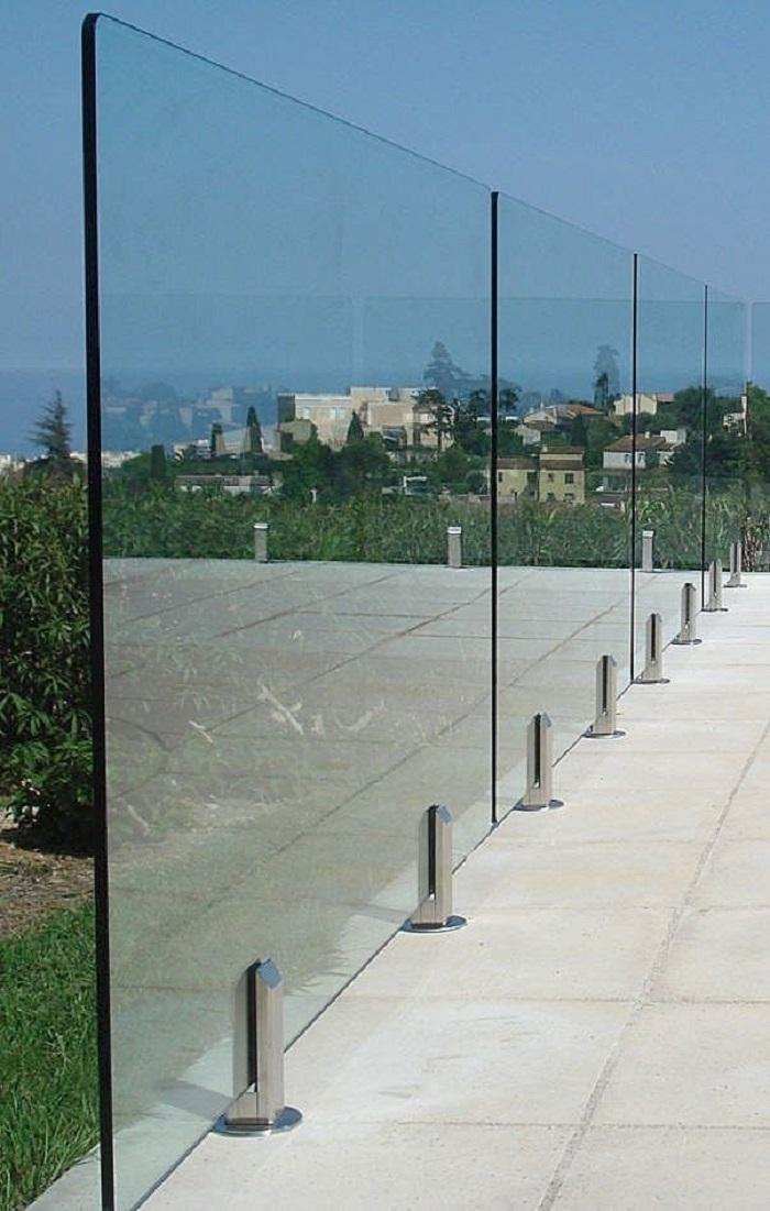 ساختمانی مدرن با نرده شیشه ای بالکن